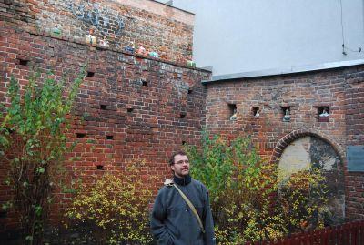 Dessa tegelmurar, prydda av trevliga figurer, utgör en del av de gamla stadsmurarna.