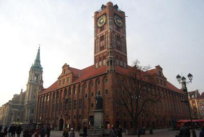 Det gotiska rådhuset, till vänster jesuiternas kyrka.
