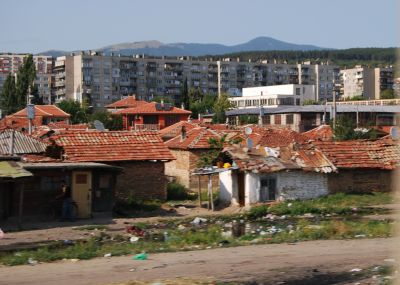Romsk bosättning sedd från tåget mellan Karlovo och Plovdiv, Bulgarien (2009).
