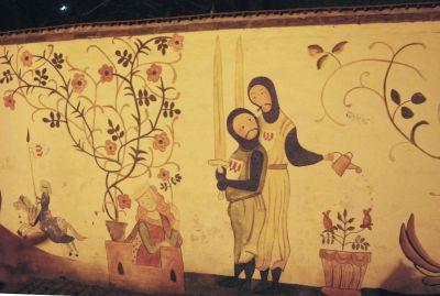 En mur i staden pryds av dessa humoristiska skildringar av korsfararnas liv.