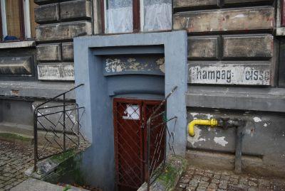 """Ett tyskt förflutet märks i Toruń (på väggen kan man läsa """"Berliner weiss""""). Staden blev polsk 1466. När Polen delades 1793 tillföll staden Preussen, men blev åter polsk 1920 och 1945."""