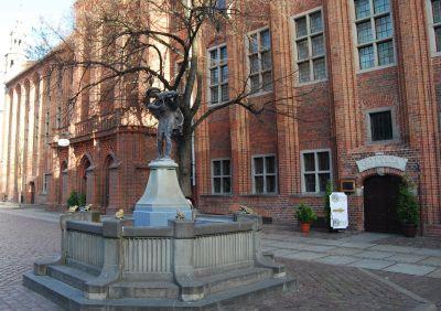 """Monument föreställande en """"Flissak"""" – pråmdragare på Wisła."""
