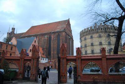 Fotot är taget från den filologiska fakultetens gård; till vänster Marie himmelfärds kyrka, till höger stadens arrest.
