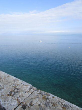 Utsikt över Adriatiska havet från platsen framför katedralen.