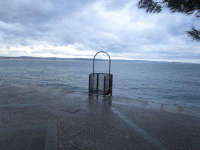 Trieste ligger till vänster på kuststräckan vi ser på andra sidan vattnet.