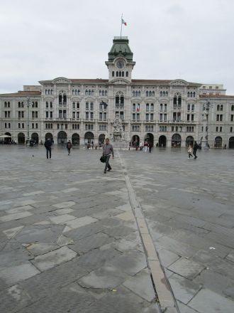 Stadshuset varifrån man har utsikt över Triestebukten.