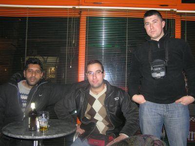 """Bela Crkva, Serbien, 2010/11.Radko, Darko Veseli och """"Geza"""". De båda sistnämnda kör taxi. Radko är rom, Darko tillhör den tjeckiska minoriteten och den tredje har ett ungerskt smeknamn."""