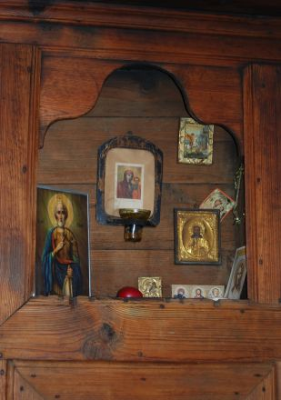 En vrå av hemmet ägnas åt Gud och helgonen. Bilden är tagen i ett av rummen på Tsutsova kyshta.