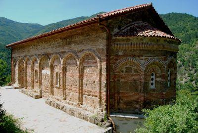 Ossuarium för munkarna i Batjkovo-klostret. Batjkovo-klostret utsattes för förstörelse av turkarna på 1400- och 1500-talen, dock ej ossuariet. Här förvarades de döda munkarnas ben.