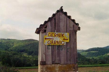 Tvåspråkig vägvisare till Gernik: byns namn anges överst på tjeckiska, därunder på rumänska.