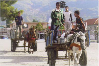 I Elbasan genljuder gatorna av klappret av hovar från de många hästskjutsarna.