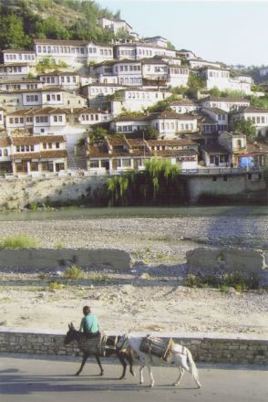 Stadsdelen Mangalem i Berat klänger sig krampaktigt fast på en brant sluttning.
