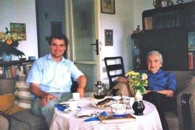Lenka Reinerová får besök av sin svenske förläggare och översättare Per Nilson i juni 2004.