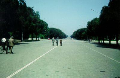 Tirana – den långa boulevarden sträcker sig från Skanderbegtorget till universitetet.