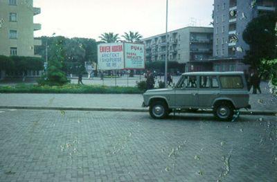 Någonstans i Albanien står denna propagandaskylt. Diktatorn Hoxha liknas tydligen vid en arkitekt.