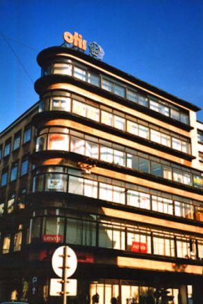 Varuhus (1927). Arkitekt: Erich Mendelsohn. Viktig företrädare för expressionismen. Berömd bland annat för observatoriet i Potsdam som uppvisar en djärvt expressionistisk arkitektur. Andra varuhus ritade av honom finns i Stuttgart och Chemnitz.