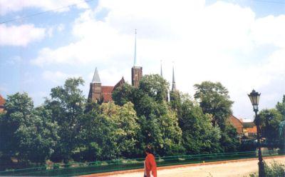 Utsikt över Ostrów Tumski (Dom-ön) från Sand-ön. Det närmaste tornet tillhör Kosc. sw. Krzyza (Heliga korsets kyrka) och där bakom skymtar tornen på Johannes Döparens katedral.