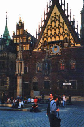 Rådhusets östra fasad. Omkring 1500 var den dekorativa östra fasaden klar. Framför rådhuset står skampålen.