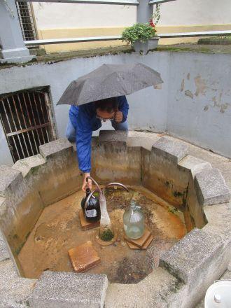 Eda Brod fyller på sitt förråd av vatten från Antun-källan i Julijev-parken.