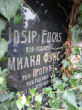 En gravsten på den serbisk-ortodoxa kyrkogården i utkanten av Daruvar.
