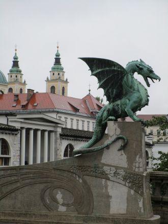 En gammal bekant: draken. Här vaktar han sin bro.