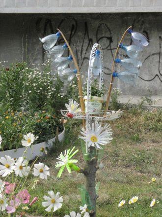 Fantasifulla trädgårdsprydnader bland den vittrande betongen i Vladimirs utkant.