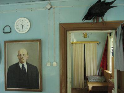 Leninporträtt och skrattande korp i datja.
