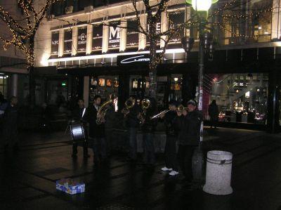 På Knez Mihajlova spelade ett brassband.
