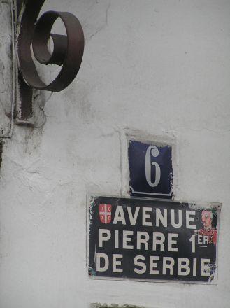 """""""Kralja Petra 6"""" (Kung Peters gata 6) är adressen till """"Kafana ?"""". """"Peter I av Serbien"""" heter på franska """"Pierre 1er de Serbie""""."""