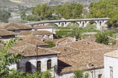 Utsikt över tegeltaken i den gamla kristna stadsdelen Gorica i Berat.