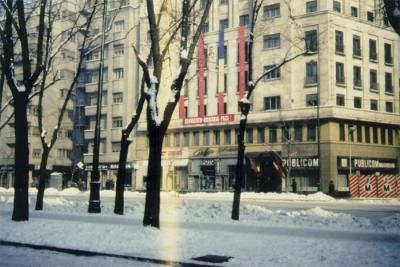 """På den röda banderollen står: """"Ceauşescu – Româniă – Pace (Ceauşescu – Rumänien – Fred). På väggen hänger också ett porträtt av mannen som hyllas på banderollen."""