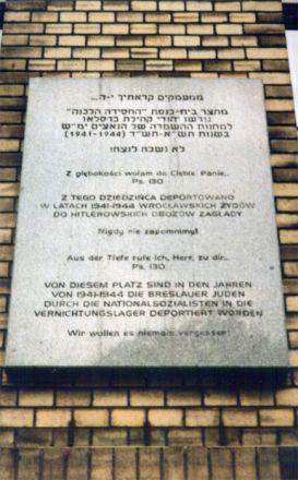 """Minnestavla i närheten av Stork-synagogan: """"Ur djupen ropar jag till dig, Herre. Psalm 130 Från denna plats deporterade nationalsocialisterna under åren 1941-1944 Breslaus judar till förintelselägren. Vi skall aldrig glömma!"""""""