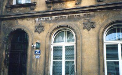 I närheten av Stork-synagogan.
