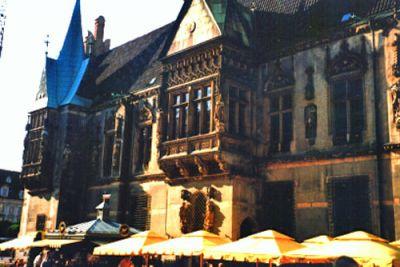 """Rådhuset, beläget på Rynek (""""Torget""""). Här ser vi den södra fasaden. Burspråket i rådhusets sydöstra hörn byggdes 1483 och det centrala burspråket på den södra fasaden (bilden) tillkom två år senare. Rådhusets äldsta delar är från 1200-talet. Omkring 1526 såg rådhuset i stort sett ut så som det gör i dag."""