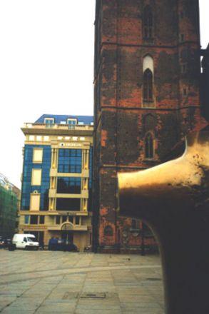 Stor skönhet och en hemsk skapelse på en och samma bild. Det sköna representeras av Bonhoeffer-monumentet i förgrunden samt en del av tornet till Kosc. sw. Elżbiety (Elisabetkyrkan). Denna kyrka var luthersk från 1500-talet fram till 1945. Att gå in i den är en stor upplevelse: valven är mycket höga och färgerna varma. Det gäller bara att inte titta på den oändligt fula nyuppförda byggnaden strax intill.